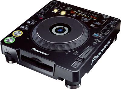 С новым DJ-микшером Pioneer DJM-800 будут отлично смотреться два CD-проигрывателя CDJ-1000MK2