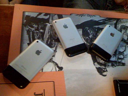 Телефончики на столе