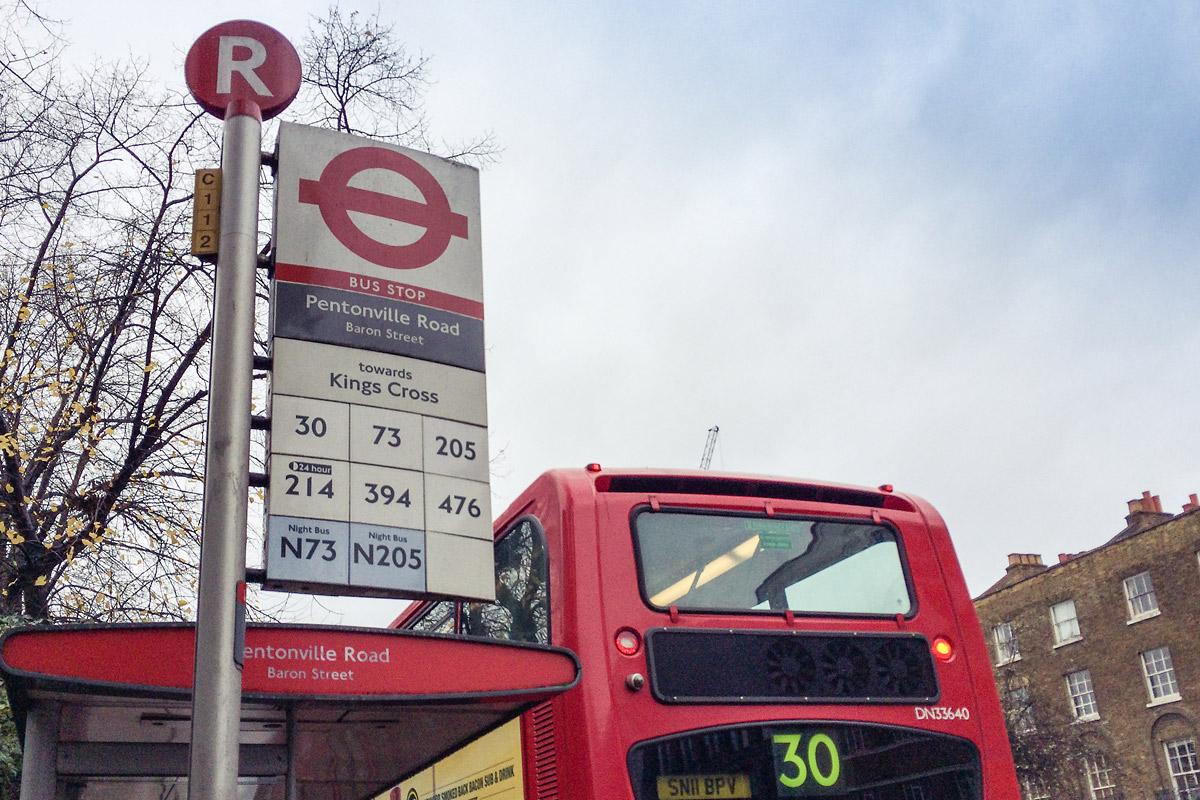 Флаг столба автобусной остановки Лондона с белыми маршрутами