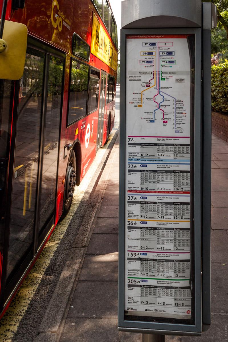 Столб с расписанием автобусов на Сассекс-гарденс