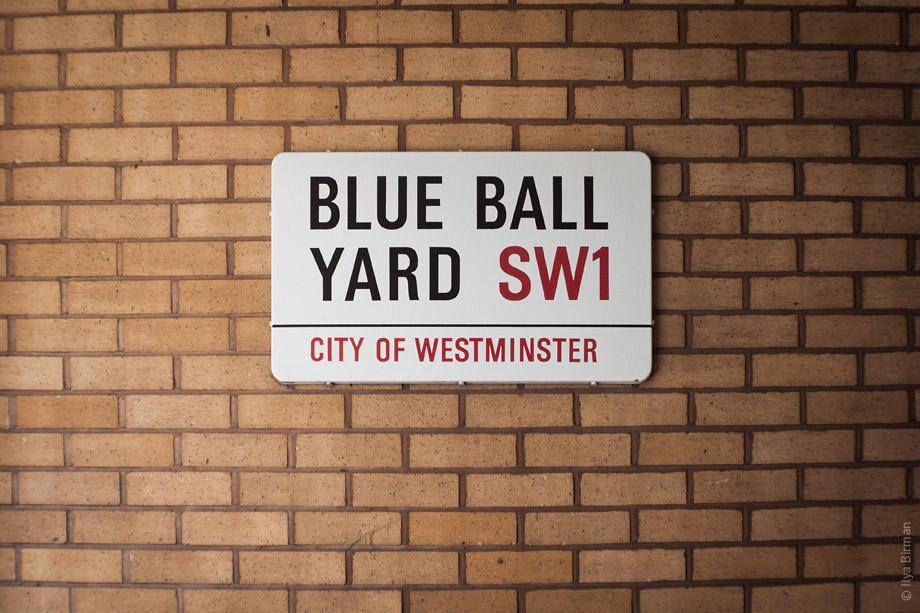 Уличные таблички Лондона. Blue Ball Yard