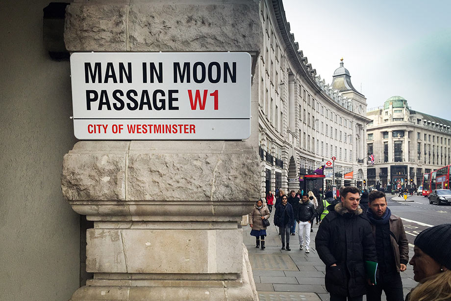 Уличные таблички Лондона. Man in Moon Passage