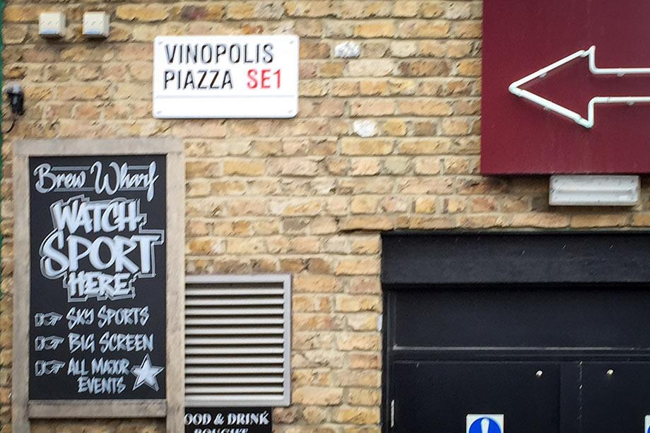 Уличные таблички Лондона. Vinopolis Piazza