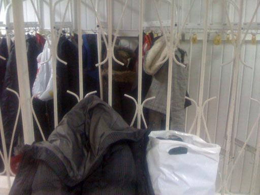 В университетском бассейне страшно удобная решётка в раздевалке